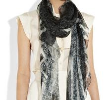 Женский шарф - модный тренд 2011 года
