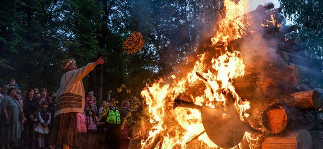 """Сотрудники """"Красного креста"""" в Добеле сожгли пожертвованную бедным одежду"""