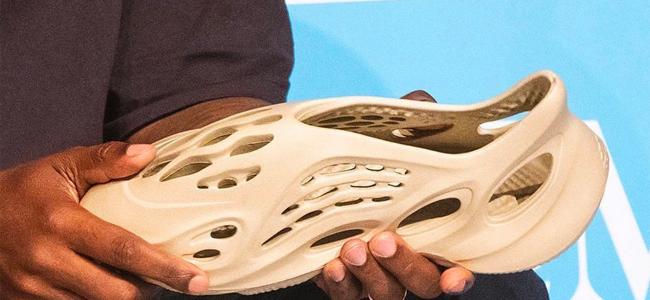 Канье Уэст представил экологичные кроссовки из водорослей