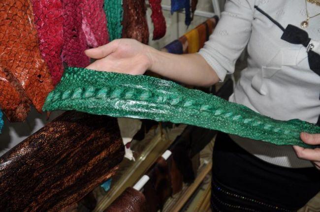 На Сахалине возрождают старинное ремесло – пошив изделий из выделанной кожи лососёвых рыб