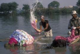 Одежда загрязняет водоемы